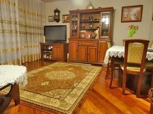 na zdjęciu umeblowany pokój w mieszkaniu na sprzedaż w Warszawie