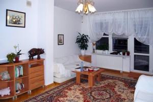 zdjęcie przedstawia salon mieszkania na wynajem w Warszawie