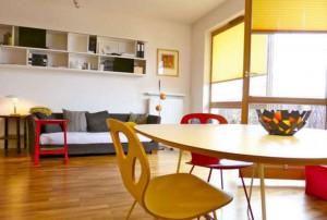 zdjęcie przedstawia salon i kuchnię mieszkania na sprzedaż w Warszawie