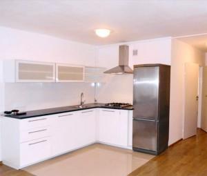 na zdjęciu aneks kuchenny w mieszkaniu na sprzedaż