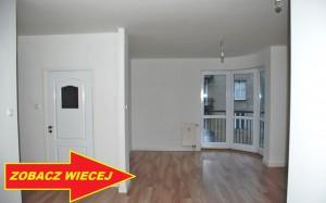 zdjęcie przedstawia salon oraz widok z okna w mieszkaniu na sprzedaż