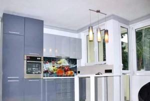 na zdjęciu kuchnia mieszkania na sprzedaż w Warszawie
