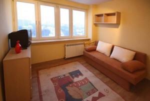zdjęcie przedstawia wnętrze salonu w mieszkaniu na sprzedaż w Warszawie