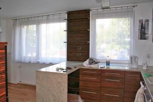 na zdjęciu mieszkanie na sprzedaż w Warszawie widok na aneks kuchenny