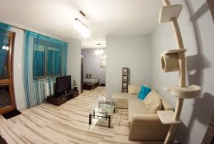 wnętrze nowoczesnego salonu w mieszkaniu na sprzedaż w Warszawie