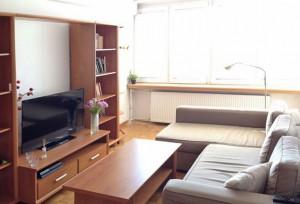 na zdjęciu salon w mieszkaniu na sprzedaż na warszawskim Żoliborzu