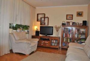 zdjęcie przedstawia umeblowany salon w mieszkaniu na sprzedaż Warszawa