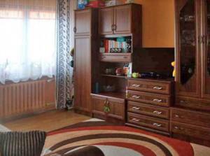 na zdjęciu umeblowany salon w mieszkaniu na sprzedaż w Warszawie