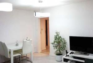 na zdjęciu nowoczesny duży pokój w mieszkaniu do sprzedaży na Bemowie w Warszawie