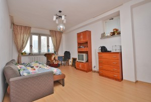 zdjęcie przedstawia umeblowany duży pokój w mieszkaniu na sprzedaż w Warszawie