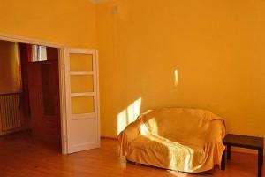 zdjęcie przedstawia salon w mieszkaniu na sprzedaż na Woli w Warszawie