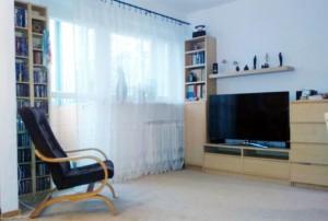 zdjęcie przedstawia nowoczesny salon w mieszkaniu na sprzedaż w Warszawie