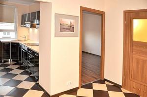 zdjęcie przedstawia rozmieszczenie pokoi w mieszkaniu na sprzedaż w Warszawie