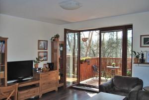 zdjęcie przedstawia salon w mieszkaniu do sprzedaży, w dzielnicy Bemowo, w Warszawie