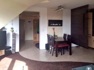 zdjęcie przedstawia duży pokój w mieszkaniu na Bemowie w Warszawie do sprzedaży