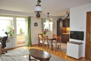 zdjęcie przedstawia salon w mieszkaniu na sprzedaż w Warszawie na Żoliborzu