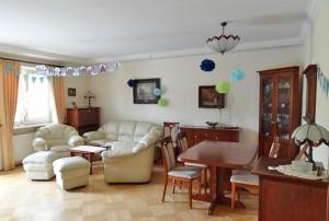 na zdjęciu duży pokój w mieszkaniu na Bielanach w Warszawie do sprzedaży