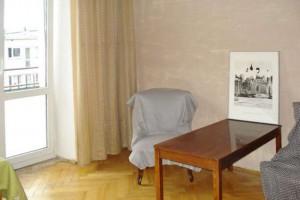 na zdjęciu salon w mieszkaniu do sprzedażty w Śródmieściu Warszawy