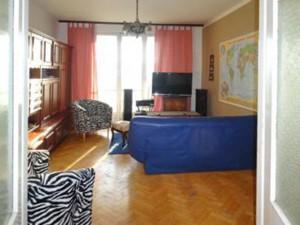 zdjęcie przedstawia salon w mieszkaniu do sprzedaży w Śródmieściu Warszawy