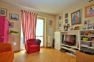 na zdjęciu salon w mieszkaniu na sprzedaż w Warsawie
