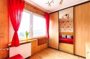 na zdjęciu salon w mieszkaniu na sprzedaż na Bemowie