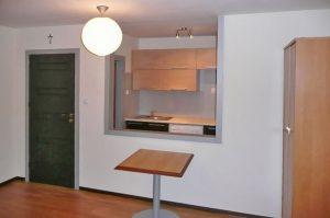 wnętrze mieszkania do sprzedaży w Warszawie, na Bielanach, widok na aneks kuchenny