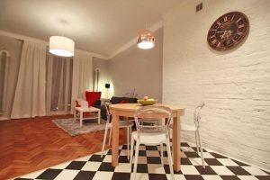 zdjęcie przedstawia widok z kuchnia na salon w mieszkaniu na sprzedaż w Śródmieściu Warszawy