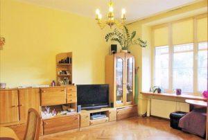 na zdjęciu salon w mieszkaniu na sprzedaż w dzielnicy Ochota, w Warszawie
