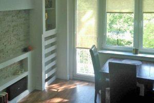zdjęcie przedstawia fragment dużego pokoju w mieszkaniu do sprzedaży w Warszawie