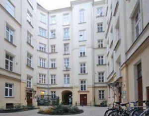 na zdjęciu zadbana kamienica, w której znajduje się oferowane mieszkanie do sprzedaży