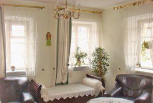 na zdjęciu salon w mieszkaniu na sprzedaż w Warszawie Śródmieście