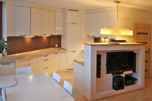 zdjęcie przedstawia widok z salonu na aneks kuchenny w mieszkaniu do sprzedaży w Warszawie