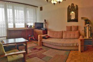 na zdjęciu salon w mieszkaniu do sprzedaży na warszawskich Bielanach