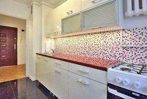 zdjęcie przedstawia widok na kuchnię w mieszkaniu na sprzedaż w Warszawie, w dzielnicy Bielany