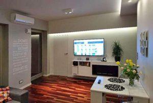 zdjęcie przedstawia nowoczesny salon w mieszkaniu na sprzedaż w Warszawie - Bemowo