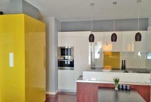 zdjęcie przedstawia nowocześnie urządzoną kuchnię w apartamencie na sprzedaż w Warszawie