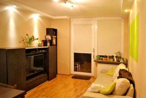 wnętrze salonu z kominkiem w mieszkaniu na sprzedaż w Warszawie, w dzielnicy Żoliborz