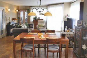zdjęcie przedstawia salon w mieszkaniu do sprzedaży w Warszawie, na Woli