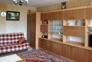 zdjęcie przedstawia duży pokój w mieszkaniu w Warszawie do sprzedaży
