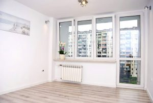 na zdjęciu salon w mieszkaniu na sprzedaż w Warszawie - Bielany