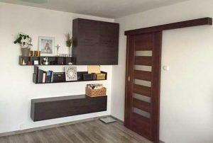 zdjęcie przedstawia duży pokój w mieszkaniu do sprzedaży na Woli w Warszawie