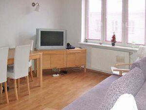 na zdjęciu saloon w mieszkaniu na sprzedaż w Warszawie