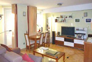 zdjęcie przedstawia salon w mieszkaniu na sprzedaż w Warszawie, w dzielnicy Wola