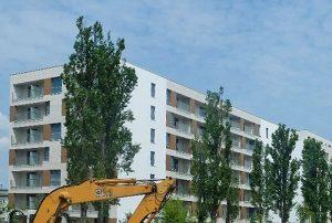 widok na blok w Warszawie, w którym znajduje się oferowane mieszkanie na sprzedaż