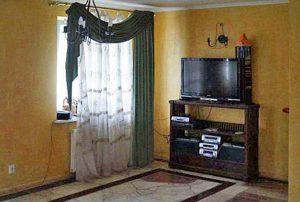 na zdjęciu salon w mieszkaniu na Ochocie w Warszawie do sprzedaży
