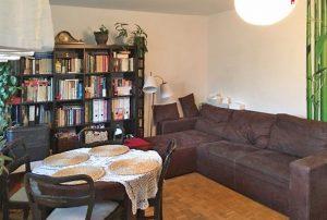 zdjęcie przedstawia salon w mieszkaniu do sprzedaży na Bemowie w Warszawie