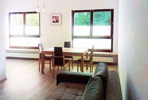 widok na salon w mieszkaniu do sprzedaży w Warszawie