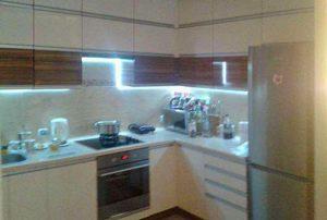 na zdjęciu umeblowana i urządzona kuchnia w mieszkaniu na sprzedaż  w Warszawie