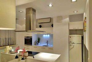 widok na komfortowo wyposażony aneks kuchenny w mieszkaniu w Warszawie do sprzedaży