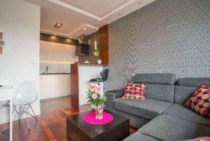 na zdjęciu duży pokój w mieszkaniu na sprzedaż w Warszawie